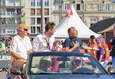 勒芒,法国- 2017年6月16日:杰勒德Holtz法国体育新闻工作者和文森特Cerutti收音主人在飞行员racin游行  库存图片