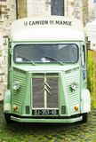 勒芒,法国- 2017年10月01日:葡萄酒减速火箭的卡车站立在城市的街道上的雪铁龙 免版税库存照片