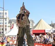 勒芒,法国- 2017年6月16日:街道马戏演员在高跷努力去做在24个小时开头游行勒芒 库存图片