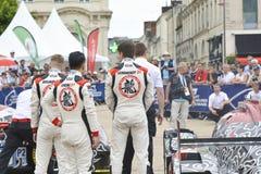 勒芒,法国- 2017年6月11日:赛跑Oreca 07吉布森和赛车的成龙DC队在游行飞行员赛跑 免版税图库摄影