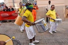勒芒,法国- 2014年6月13日:在游行的巴西人跳舞飞行员赛跑 免版税图库摄影