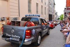 勒芒,法国- 2014年6月13日:游行飞行员赛跑 防火安全汽车 图库摄影