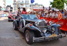 勒芒,法国- 2014年6月13日:游行飞行员赛跑 Excalibur汽车的介绍 免版税库存照片