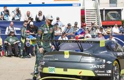 勒芒,法国- 2017年6月11日:著名丹麦竟赛者有他的赛车的阿斯顿・马丁尼基Thiim 称,行政和技术 免版税库存图片