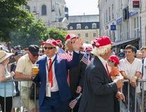 勒芒,法国- 2017年6月16日:赛跑在勒芒的飞行员游行的人用作为美国唐纳德的总统假装的啤酒 免版税图库摄影