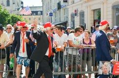 勒芒,法国- 2017年6月16日:赛跑在勒芒的飞行员游行的人用作为美国唐纳德的总统假装的啤酒 库存图片