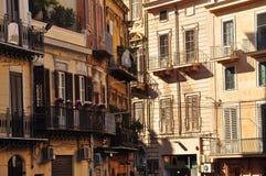 巴勒莫老市街道scape 老大厦在市中心 库存照片