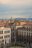 """巴勒莫,意大利†""""2017年1月03日:从巴勒莫大教堂屋顶的看法在老房子里 Mountians在背景中 免版税库存图片"""