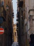 巴勒莫,意大利-可以14日2015年:一个狭窄的庭院在老市中心,西西里岛 免版税库存图片