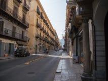 巴勒莫,意大利-可以13日2015年:普遍的旅游老市中心,西西里岛 库存图片