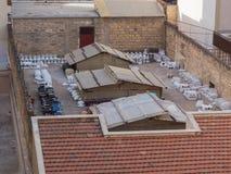 巴勒莫,意大利-可以14日2015年:Pa庭院在一个住宅区-储藏洗手间,西西里岛,关闭  库存图片