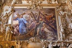 巴勒莫-耶稣和基督徒壁画有corss的从旁边教堂中殿教会La chiesa的del Gesu 免版税库存图片