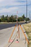 勘测的工具-垂距标尺在三脚架登上了 库存照片