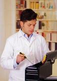 勤勉人在他的手上apen一个黑工具箱和拿着一把螺丝刀 免版税库存图片