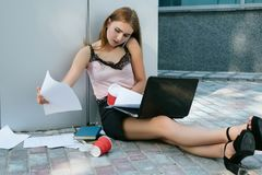 勤勉女商人由电话做成交 免版税库存照片