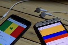 勿加泗,西爪哇省,印度尼西亚 2018年6月26日:塞内加尔对在智能手机屏幕上的哥伦比亚 当查寻象足球或橄榄球在海 库存照片