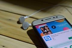 勿加泗,西爪哇省,印度尼西亚 2018年7月04日:未认出的成员- Skype轻在智能手机屏幕上的dev应用 自由录影C 免版税图库摄影