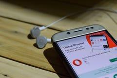 勿加泗,西爪哇省,印度尼西亚 2018年7月04日:歌剧浏览器:在智能手机屏幕上的快速和安全dev应用 歌剧浏览器: 图库摄影