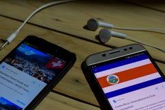 勿加泗,西爪哇省,印度尼西亚 2018年6月26日:瑞士对在智能手机屏幕上的哥斯达黎加 当查寻象足球或橄榄球 图库摄影