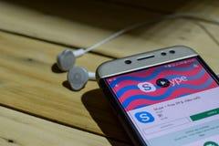 勿加泗,西爪哇省,印度尼西亚 2018年7月04日:由谷歌dev应用的Skype在智能手机屏幕上 免除IM &录影电话是fre 免版税库存图片