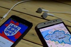 勿加泗,西爪哇省,印度尼西亚 2018年6月26日:英国对在智能手机屏幕上的比利时 当查寻象足球或橄榄球在扣杆 库存照片