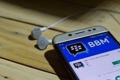勿加泗,西爪哇省,印度尼西亚 2018年7月04日:BBM -解救电话&消息在智能手机屏幕上的dev应用 BBM -释放电话& 库存图片