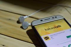 勿加泗,西爪哇省,印度尼西亚 2018年7月04日:KakaoTalk在智能手机屏幕上的dev应用 释放电话&文本是免费软件网 免版税库存照片