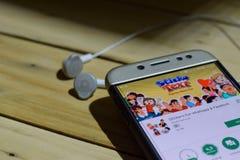 勿加泗,西爪哇省,印度尼西亚 2018年7月04日:Whatsapp & Facebook在智能手机屏幕上的dev的贴纸应用 贴纸是a 免版税库存照片