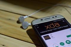 勿加泗,西爪哇省,印度尼西亚 2018年7月04日:XDA在智能手机屏幕上的dev应用 XDA是被开发的免费软件浏览器  免版税库存照片