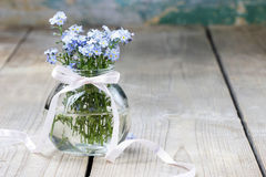 勿忘草花花束在玻璃花瓶的 免版税库存照片