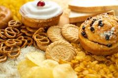 包含不健康或坏碳水化合物的食物充分的框架射击  免版税库存图片
