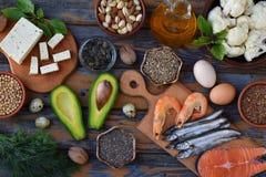 包含不饱和脂肪酸Ω 3的产品的构成-鱼,坚果,豆腐,鲕梨,鸡蛋,大豆,胡麻,南瓜籽 免版税库存图片