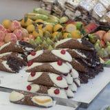 包含典型的西西里人的甜点的钢盘子 免版税库存照片