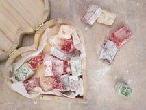 包含土耳其快乐糖的心形的木箱 免版税库存图片