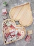 包含土耳其快乐糖的心形的木箱 库存照片