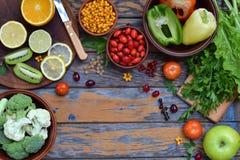 包含抗坏血酸,维生素C的产品的构成-柑橘,花椰菜,硬花甘蓝,甜椒,猕猴桃,狗上升了, tomatoe 免版税库存照片