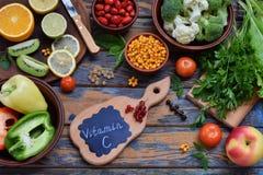 包含抗坏血酸,维生素C的产品的构成-柑橘,花椰菜,硬花甘蓝,甜椒,猕猴桃,狗上升了, tomatoe 库存图片