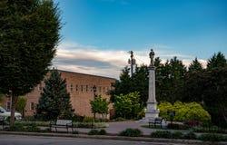 包含梅肯县同盟者纪念碑的公园 库存照片