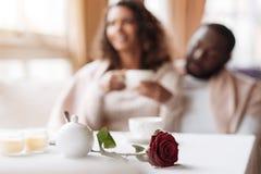 包含的非裔美国人的夫妇有日期在咖啡馆 库存图片