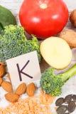 包含维生素K、矿物和饮食纤维,健康营养概念的水果和蔬菜 免版税库存图片