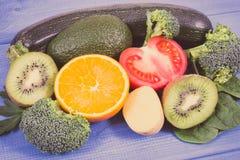 包含维生素K、矿物和饮食纤维,健康营养概念的葡萄酒照片、水果和蔬菜 免版税库存图片