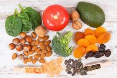 包含维生素K、钾、自然矿物和饮食纤维的水果和蔬菜 免版税库存照片