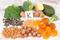 包含维生素K、钾、自然矿物和饮食纤维的水果和蔬菜 库存图片