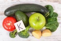 包含维生素K、钾、自然矿物和饮食纤维的水果和蔬菜 免版税图库摄影