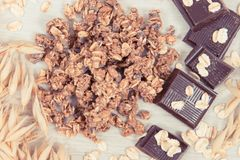 包含铁和纤维的燕麦、剥落、格兰诺拉麦片和巧克力的耳朵 免版税库存图片