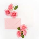 包围与白色卡片和玫瑰色背景 顶视图 平的位置 库存照片