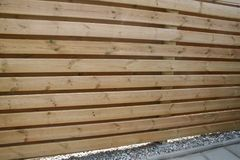 包围庭院和保护免受风和看法木头的篱芭  免版税库存图片