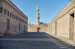 包围有贵族Sargh清真寺,开罗,埃及尖塔的段落Ibn Tulun清真寺  免版税库存照片