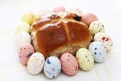 包围的小圆面包交叉复活节彩蛋热有斑点 免版税库存图片