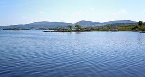包围的小山湖 免版税库存图片